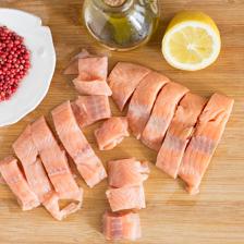salmone tagliato a cubetti