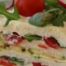 torta di pancarrè con strati di pomodorini e rucola
