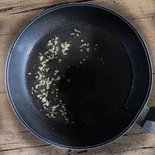 preparare il soffritto di aglio