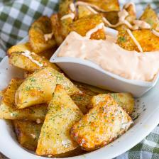 patate accompagnate da salsa cheddar