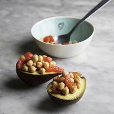 riempire l'avocado con i ceci e la salsa tzatziki
