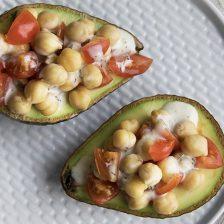 avocado ripieno di ceci e salsa tzatziki