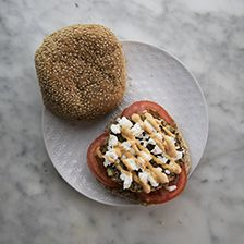 panino con burger di quinoa, feta, pomodorini e salsa rosa
