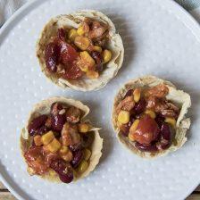 Cestini di tacos farciti con insalata di fagioli e tonno