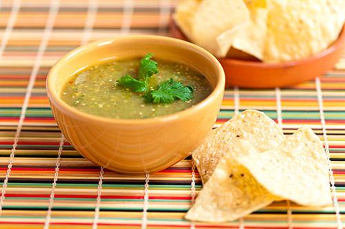 salsa verde messicana con peperoncino jalapeno