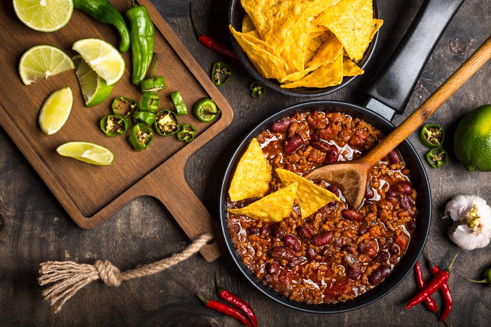 Chili con fagioli, lime e peperoncini