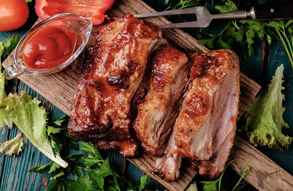 bistecca arrosto con insalata e ketchup