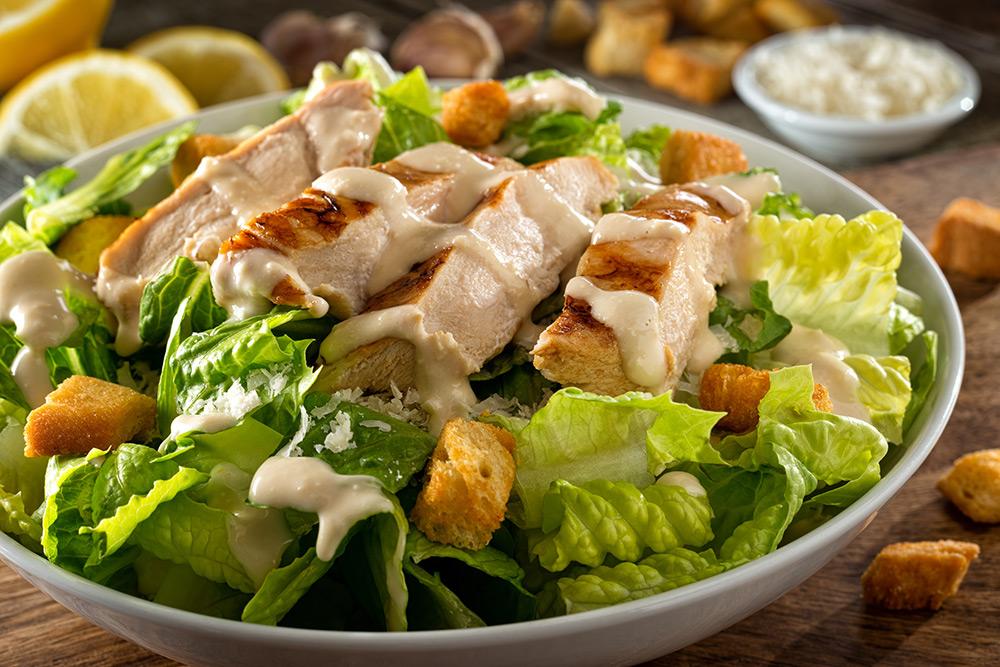 insalata caesar salad con pollo crostini e salsa dressing caesar