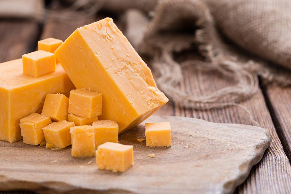 pezzo di formaggio cheddar per fare la salsa al formaggio