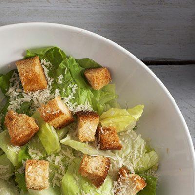 Insalata caesar salad con salsa dressing caesar