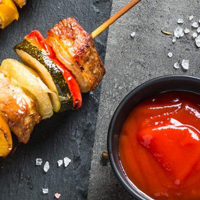 Spiedini di carne e verdure con ketchup