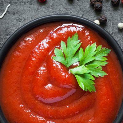 ketchup con scalogno, pepe, pomodori e prezzemolo
