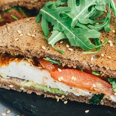 tramezzini con pane integrale, pollo impanato, avocado, pomodoro e formaggio spalmabile
