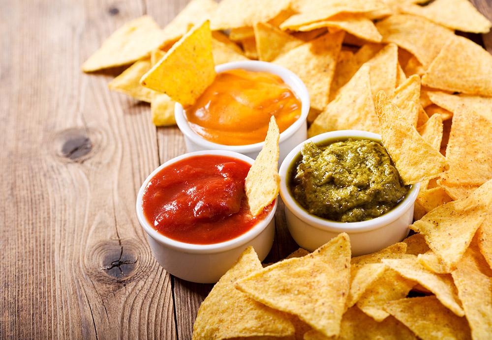 nachos con salsa al fomaggio e ketchup