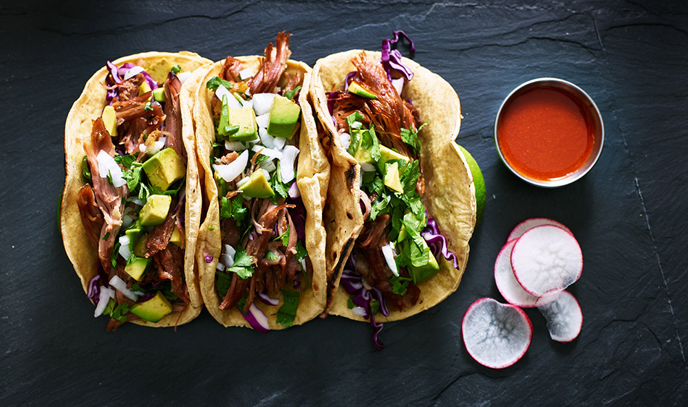 tacos ripieni di carne con salsa al ketchup