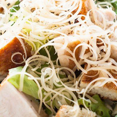 Insalata caesar salad con pollo, crostini, grana padano, lattuga