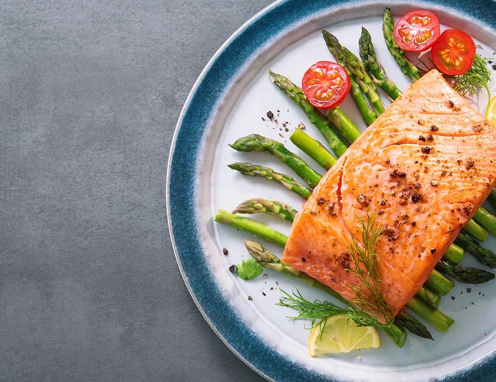 piatto di salmone al forno con asparagi e pomodorini