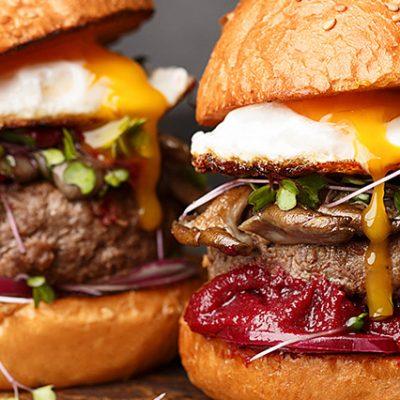 Hamburger di manzo con pane senza glutine, uovo, insalata e ketchup