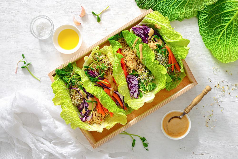 tacos con foglia di lattuga ripieni di verdure fresche