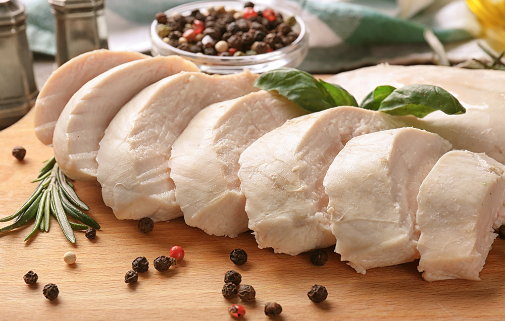 Carne di pollo lesso bollito con pepe e rosmarino