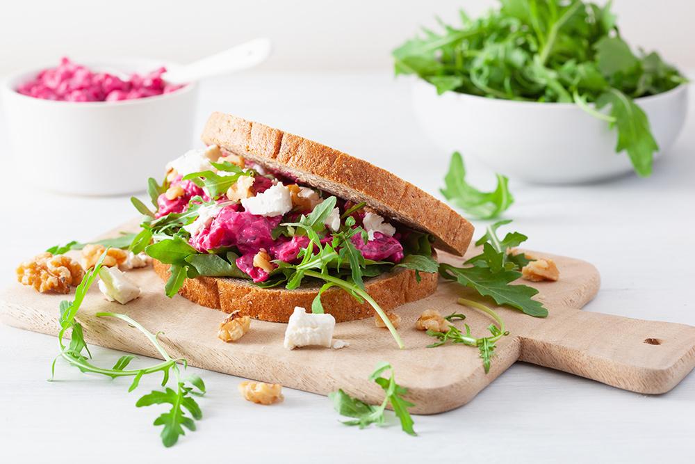 sandwich tramezzino con rucola, feta greca, noci e barbabietola