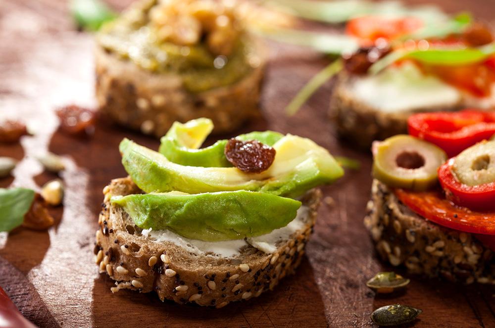 pane ai cereali integrale con avocado e salsa al formaggio spalmabile