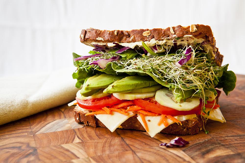 tramezzino sandwich con cetriolo, pomodoro, formaggio, avocado, insalata cappuccio