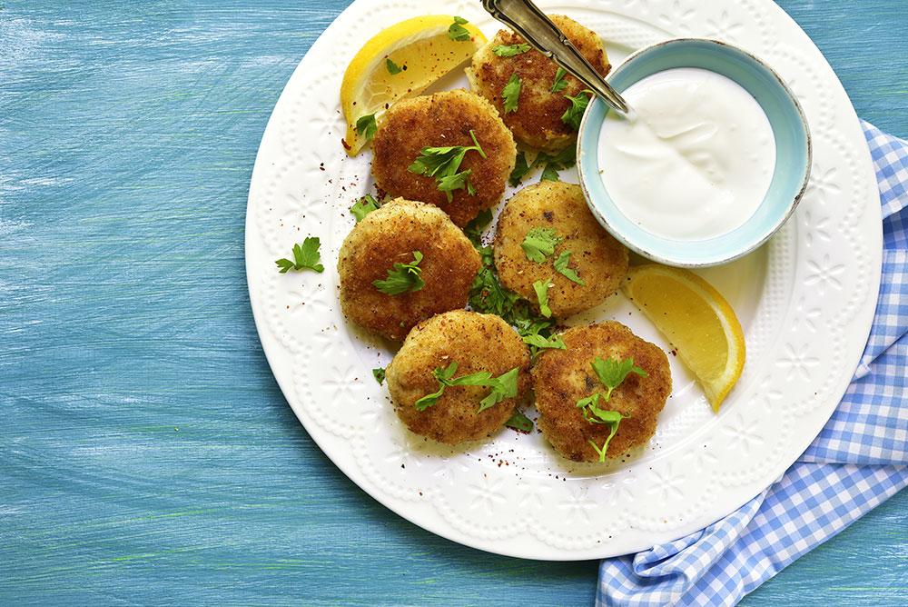 polpette impanate di pesce con limone e salsa di yogurt