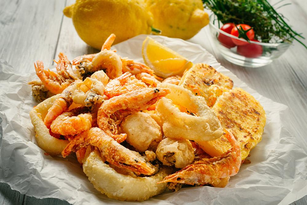 piatto di fritto misto con frittura di pesce e calamari con verdurine pastellate