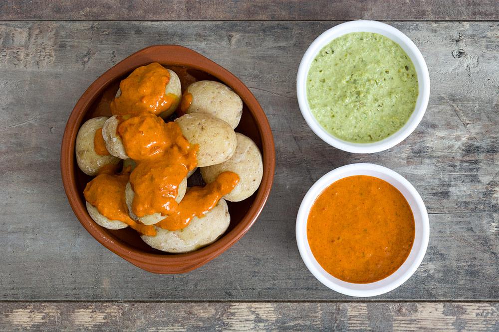 Patatas bravas con salsa rossa e verde