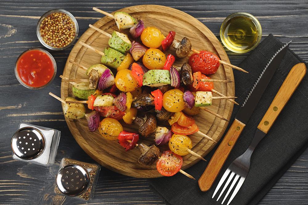 Spiedini con verdure grigliate, cipolla, peperoni, funghi, pomodorini