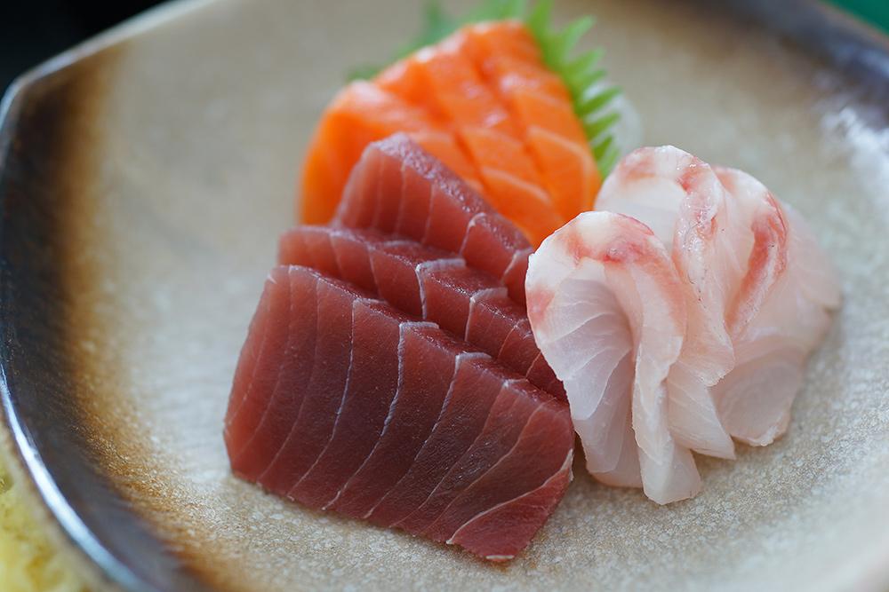 Sashimi di pesce crudo, tonno, salmone e branzino