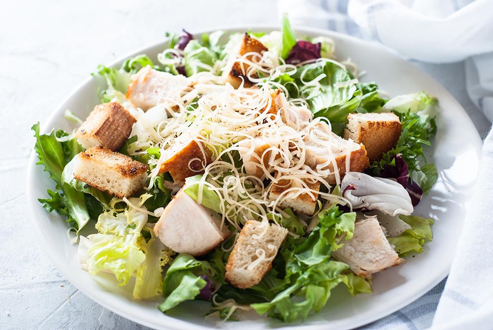 insalata con pollo, lattuga, grana padano, crostini