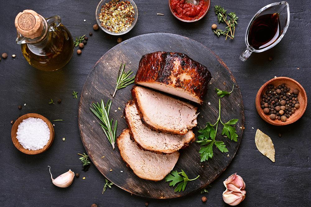 Carne di arrosto con spezie e condimenti