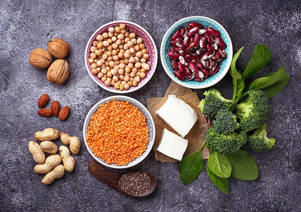Noci, mandorle, anacardi, tofu, broccoli, cibo vegan e vegetariano