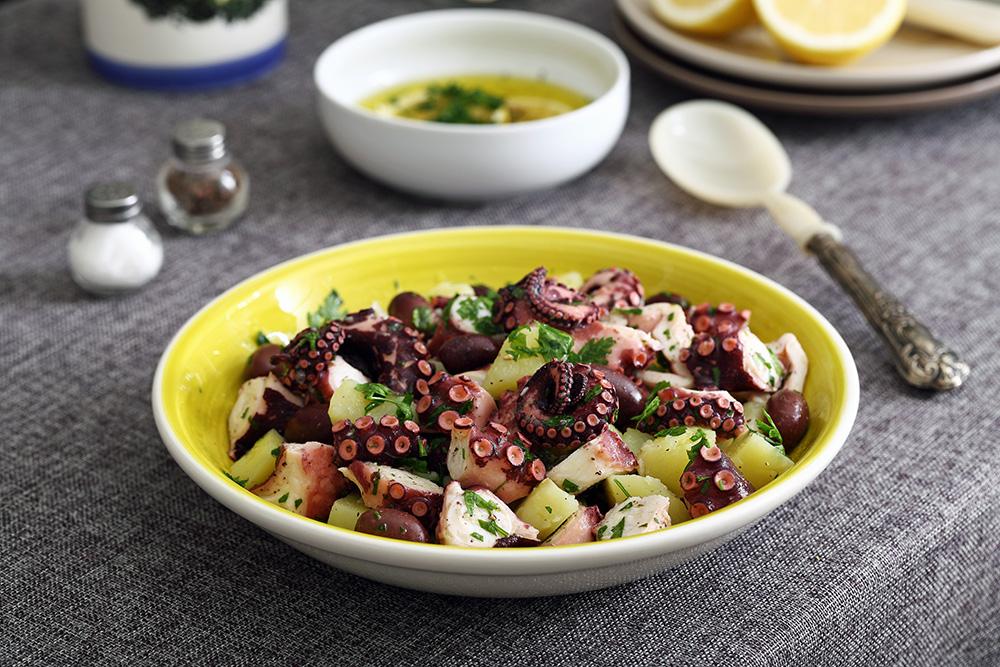 bowl con insalata di polpo, patate, lattuga