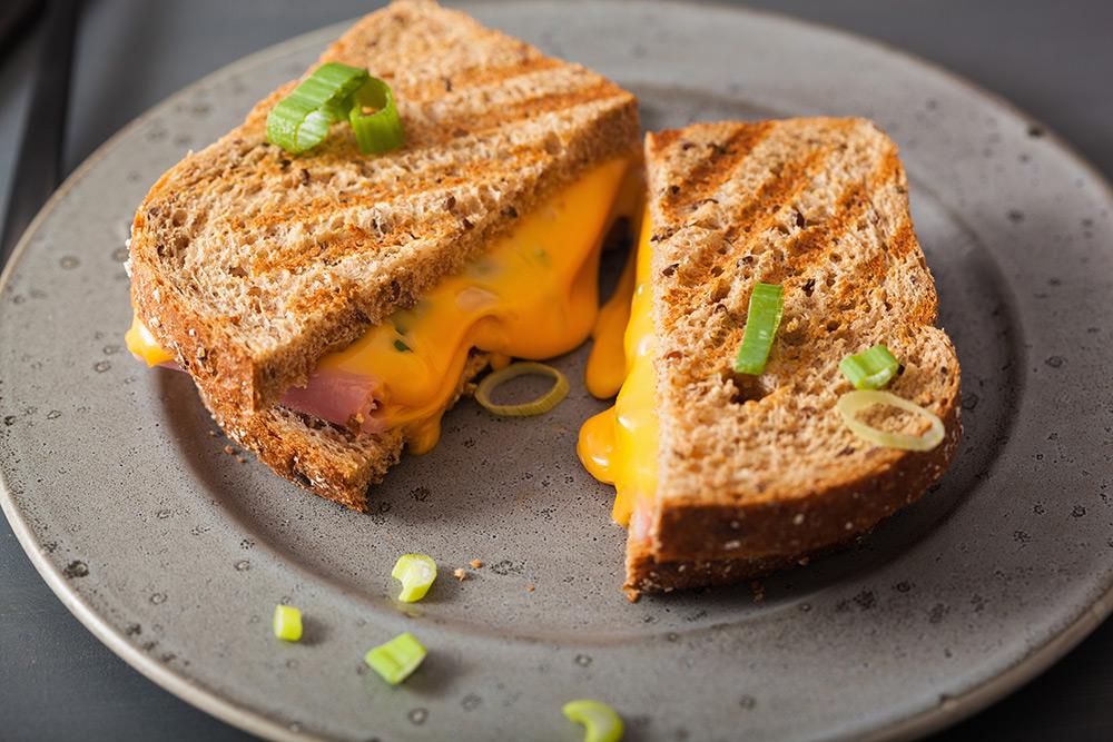 sandwich toast con salsa di cheddar fuso, porro e prosciutto cotto