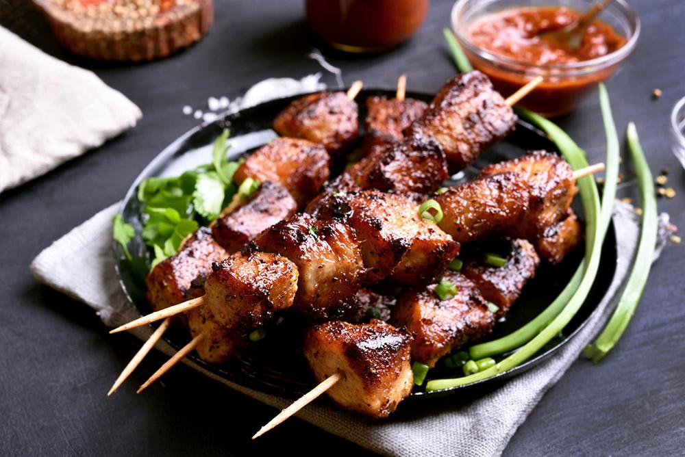 carne allo spiedo con salsa barbecue