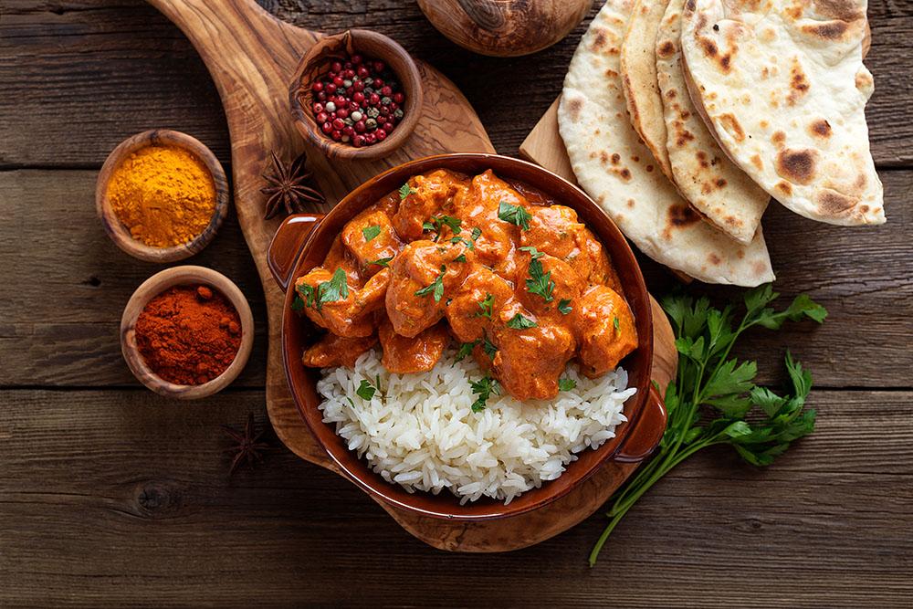 carne di pollo al curry con riso, pomodoro e prezzemolo