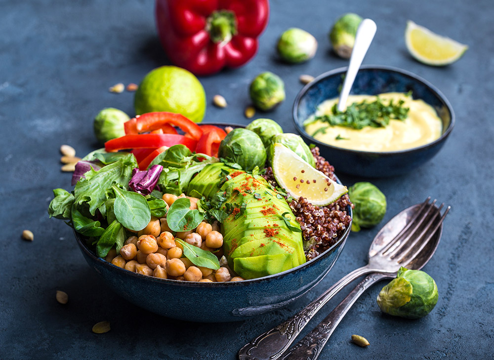 insalata di farro con verdure, avocado e salsa