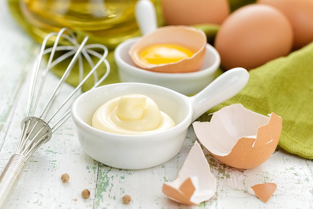 mestolo frusta per sbattere le uova e ottenere un'ottima maionese