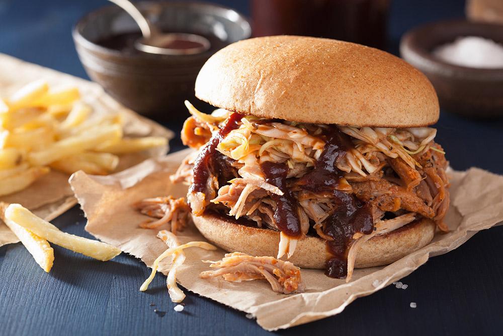 panino con hamburger di carne, insalata e salsa barbecue