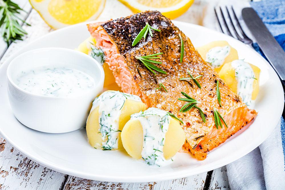 patate lesse accompagnate da salmone e salsa yogurt
