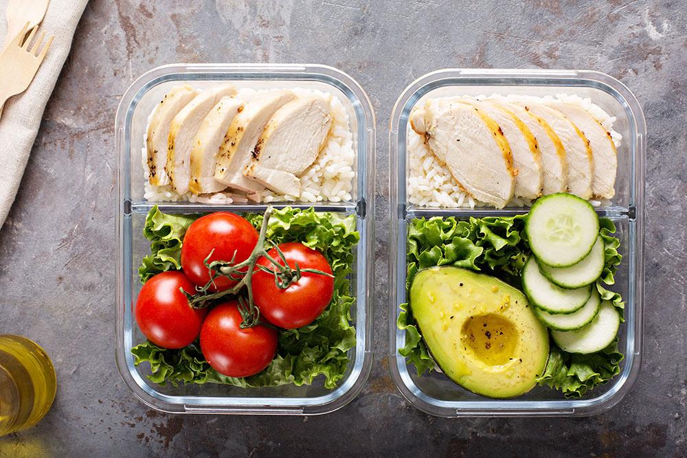 caesar salad con pollo, insalata, pomodoro, avocado