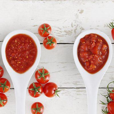 cucchiaini con salse di pomodoro