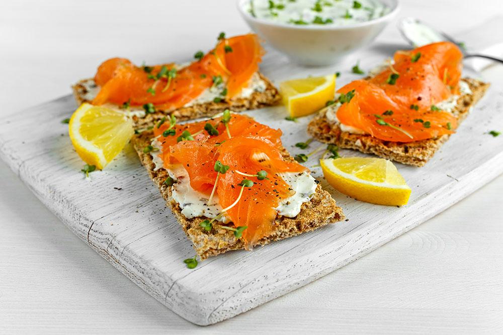 crostini con salmone e salsa tzatziki