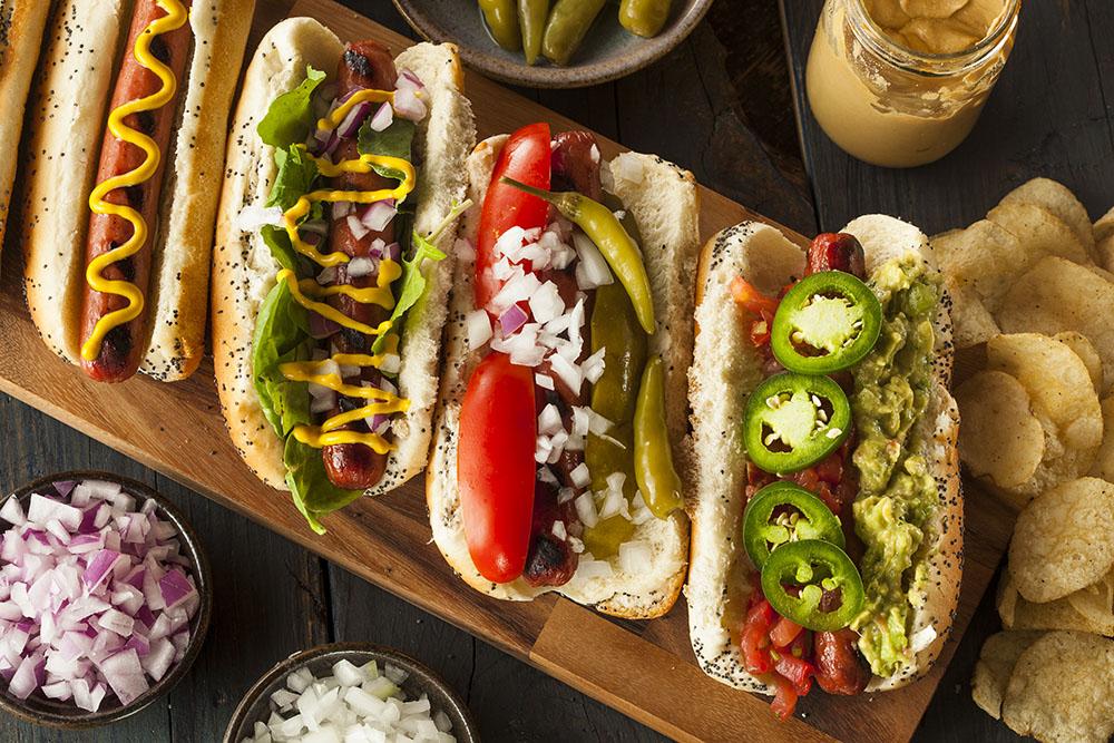 hot dog farciti con salse e condimenti