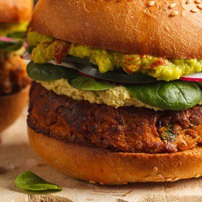 Hamburger vegano con salse e condimenti
