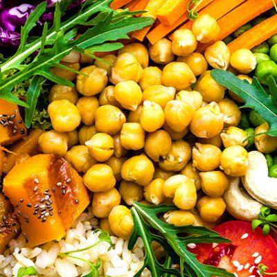 insalata vegana con codimenti