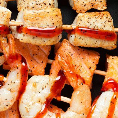 spiedini di carne e pesce con salsa